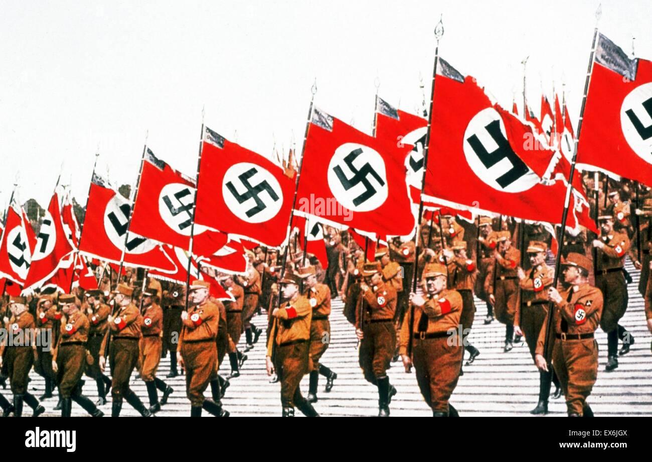 Swastika adornata bandiere effettuata in corrispondenza di un nazista nel Rally di Germania 1934 Immagini Stock