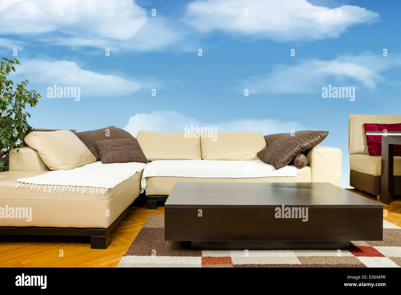 Svuotare soggiorno con divano angolare, cena-carro o tavolo ...