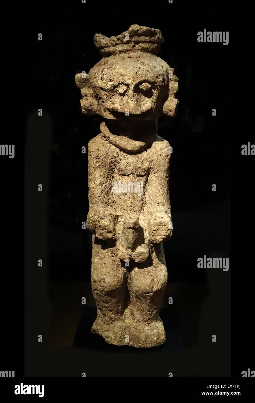 Lawolo' una protezione maschile statua, utilizzato per paura di un nemico da Nias, Indonesia. Xix secolo pietra Immagini Stock