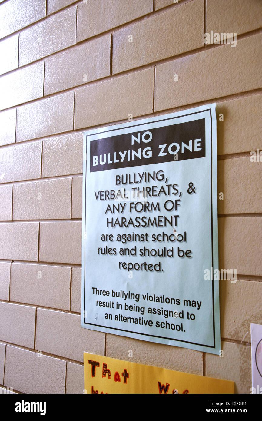 Poster in una scuola avvertimento che il bullismo comportamento non sarà tollerato Immagini Stock