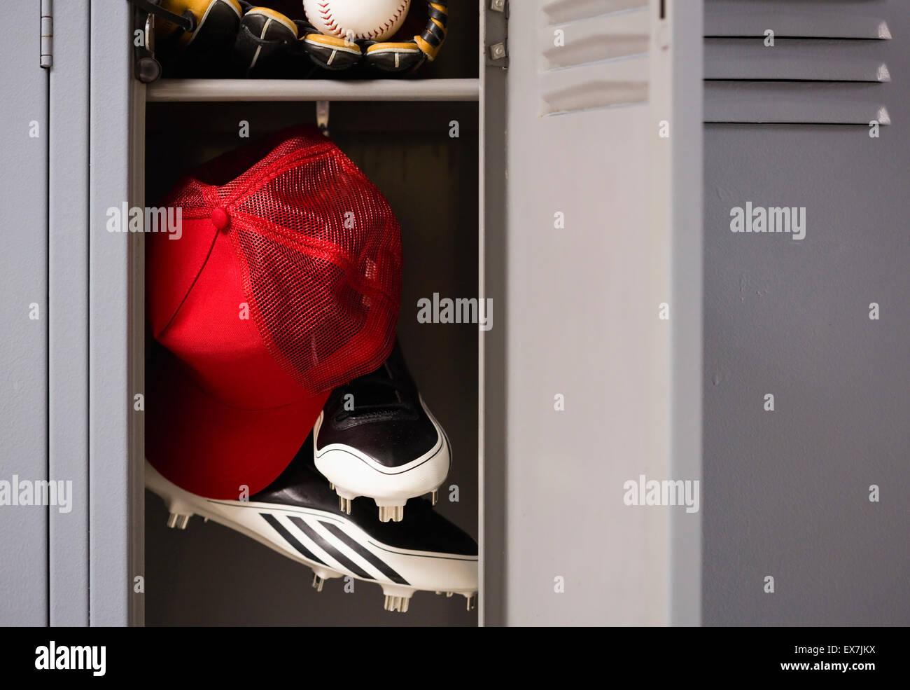 Attrezzatura da baseball in armadietto Immagini Stock