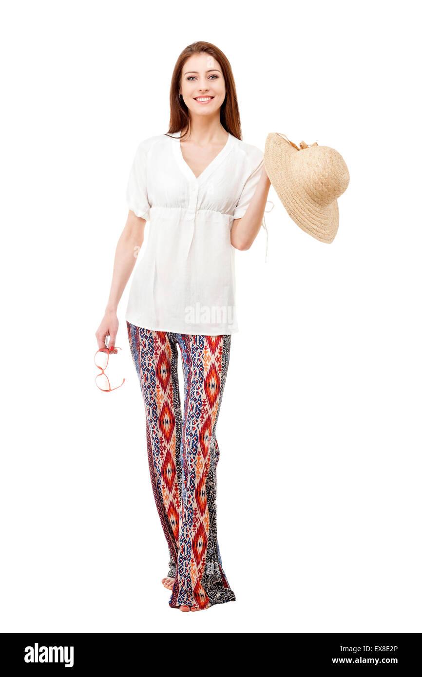 8c8c3daff119 Giovane bella donna che indossa hippie vestiti estivi con cappello di  paglia e occhiali da sole isolato su bianco.