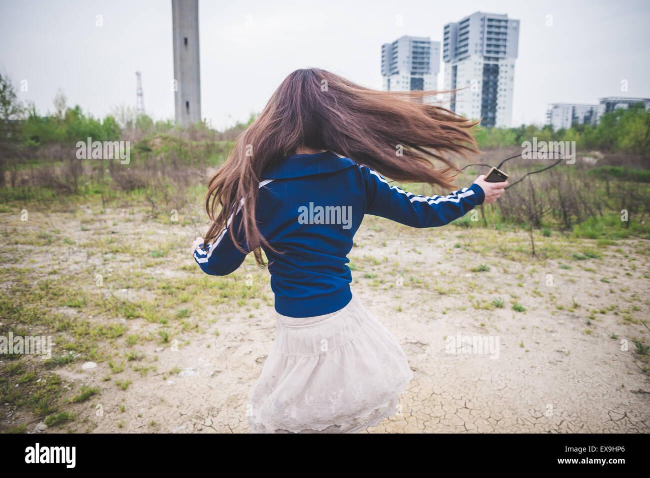 Bella donna dancing in un desolato paesaggio lurban Immagini Stock