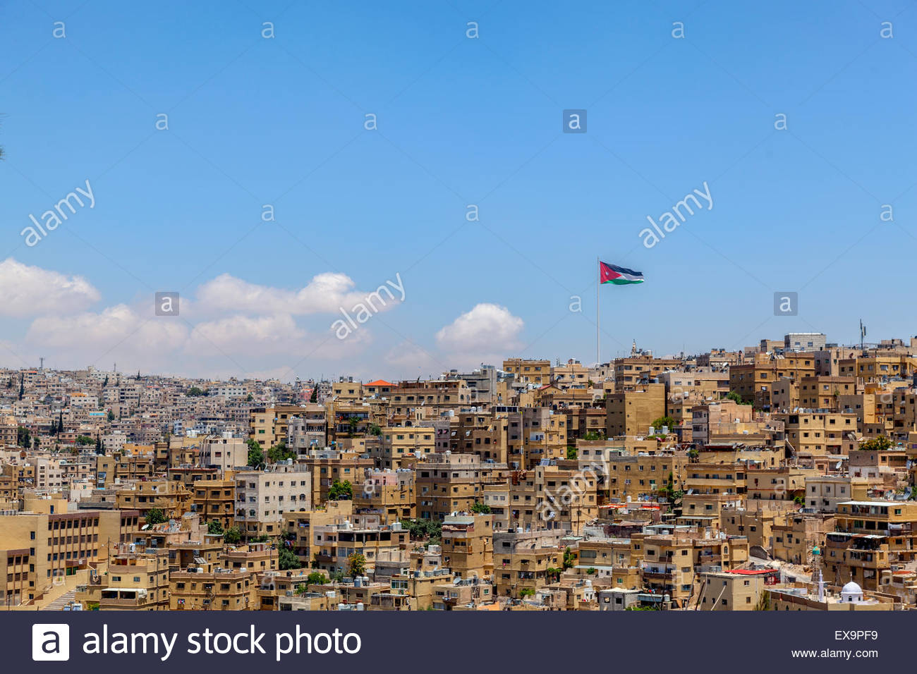Vista ravvicinata del paesaggio urbano del centro di Amman, Giordania. Edifici vecchi e bandiera giordana, sotto Immagini Stock