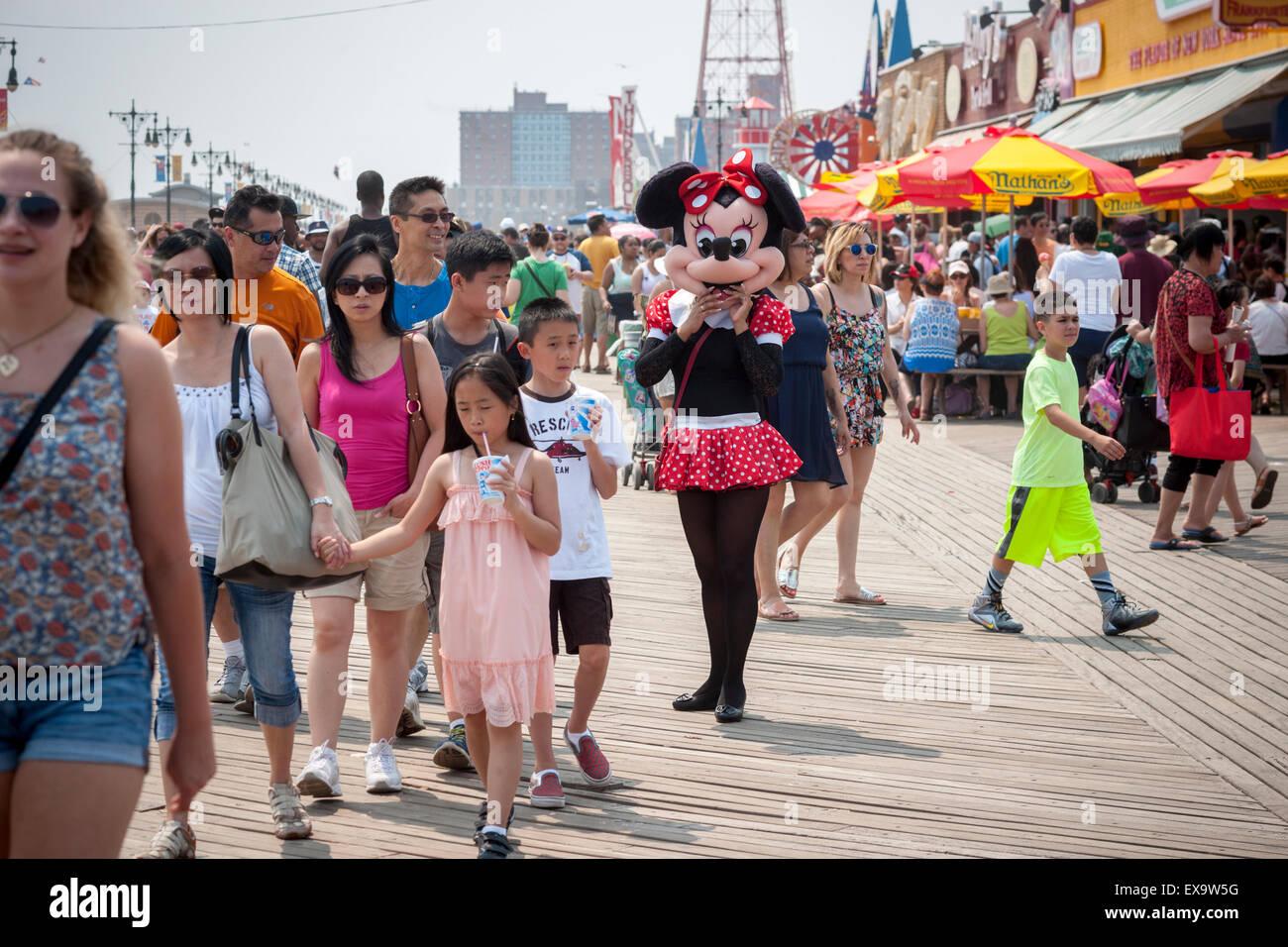 Personaggi in costume sollecitare suggerimenti su di una passerella su un caldo seasonably Domenica, 5 luglio 2015 Immagini Stock