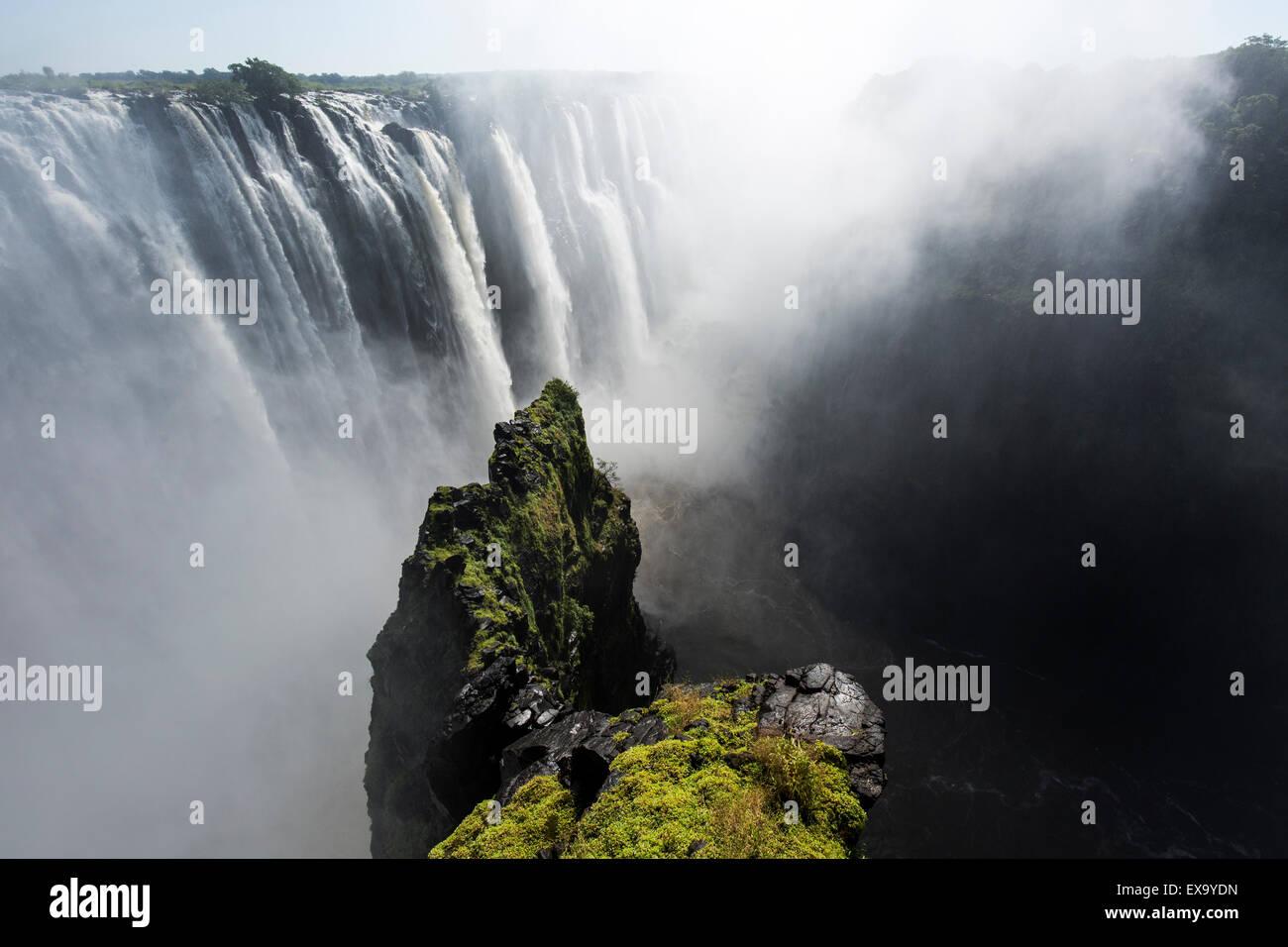 Africa Zimbabwe, Victoria Falls National Park, fiume Zambesi che scorre sopra il Victoria Falls Immagini Stock