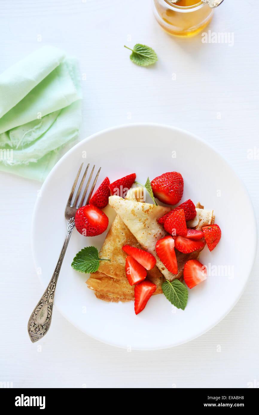La colazione crêpe con berry, vista dall'alto Immagini Stock