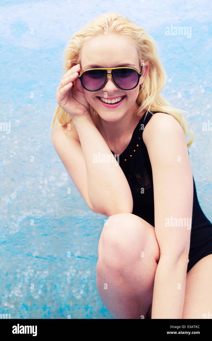 Giovane donna, ridere, bionda, occhiali da sole, costume da bagno, felicemente, Immagini Stock