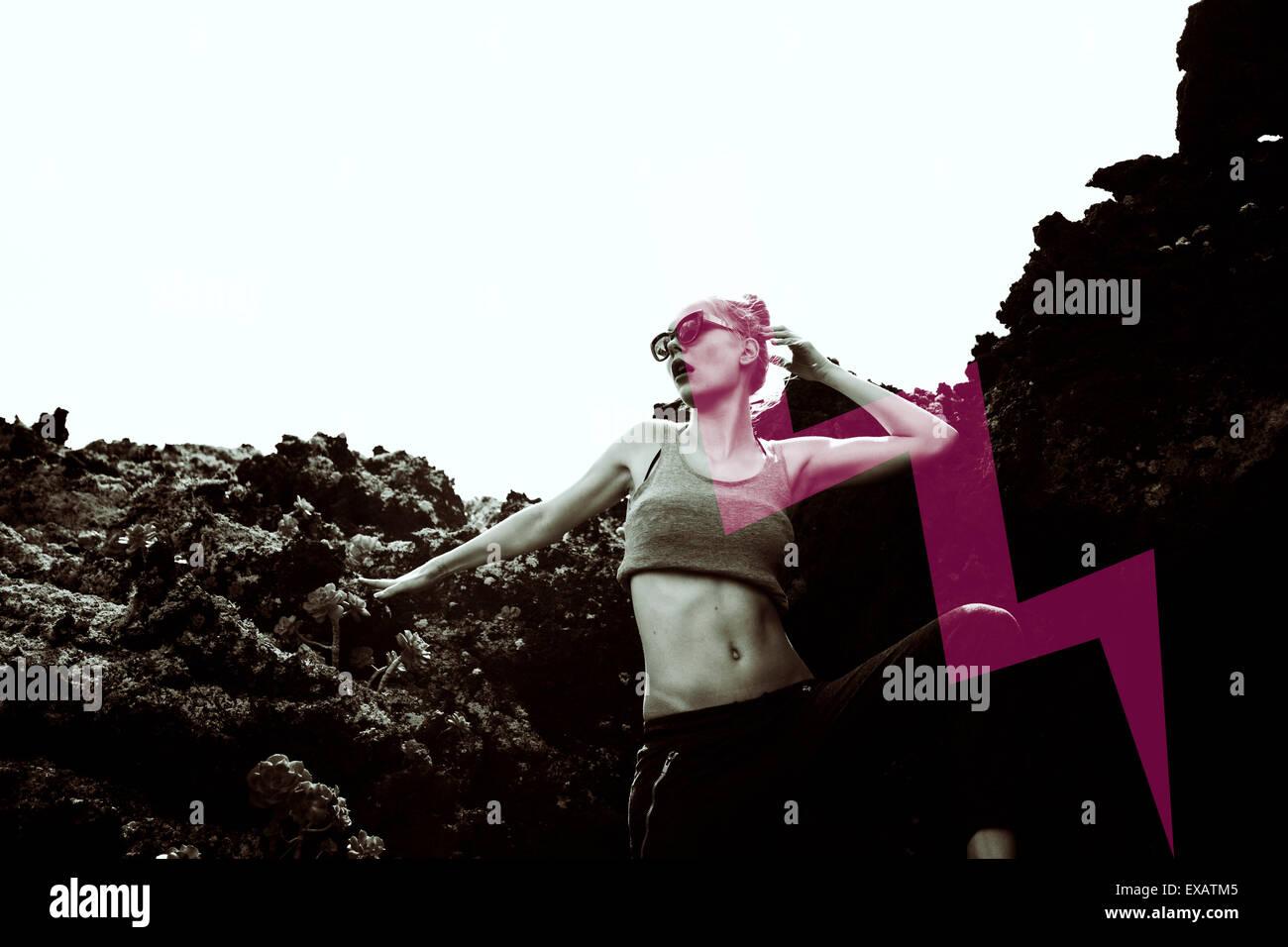 Giovane donna, moda pongono nel vulcano rock Immagini Stock