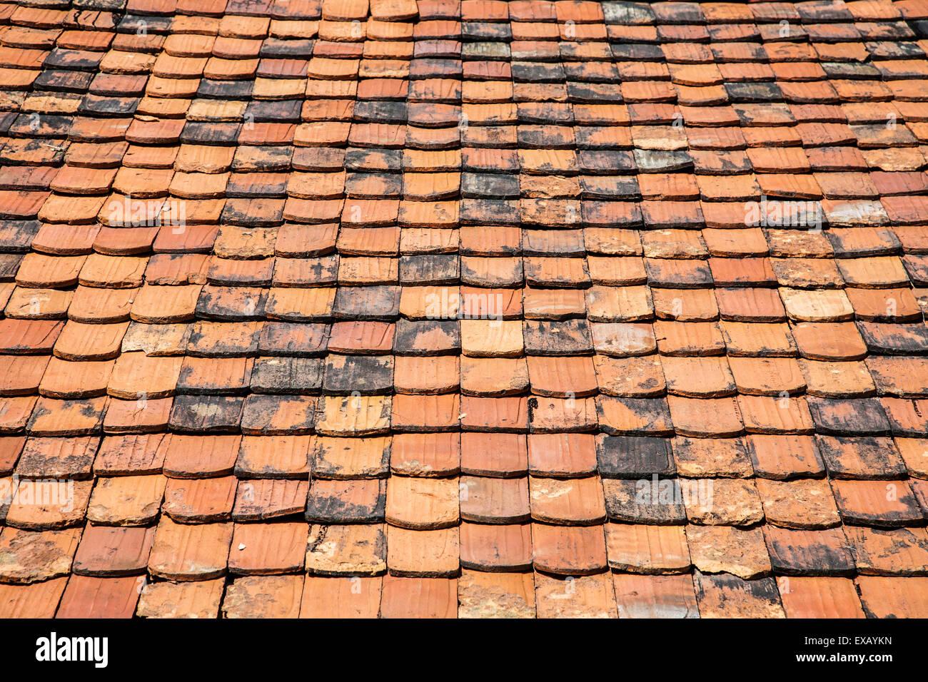 Orange spiovente del tetto di ardesia piastrelle close up su un