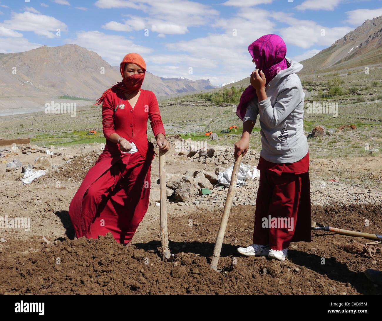 Himalayan monache buddiste fuori Sherab Choeling Monastero, Spiti Valley, Himachal Pradesh - preparazione di fango Immagini Stock