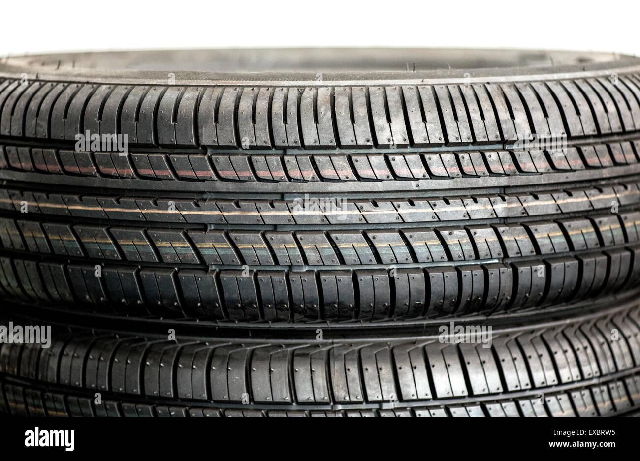 Close up dettaglio del battistrada di una coppia di nuovi pneumatici invernali per una maggiore trazione e grip Immagini Stock