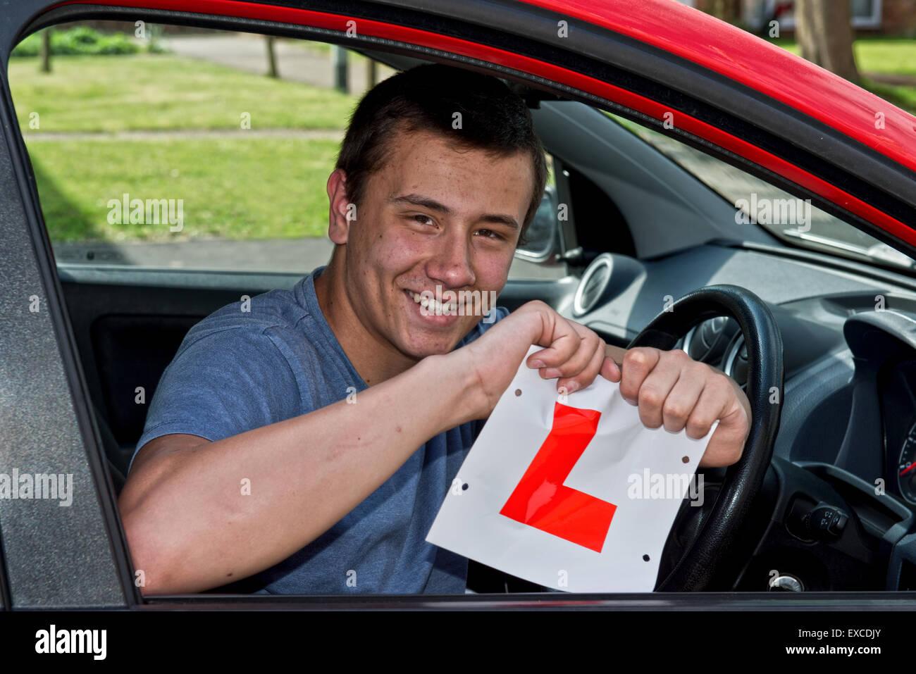 Modello rilasciato immagine di un giovane che ha appena superato il suo esame di guida e così felice con il risultato Foto Stock