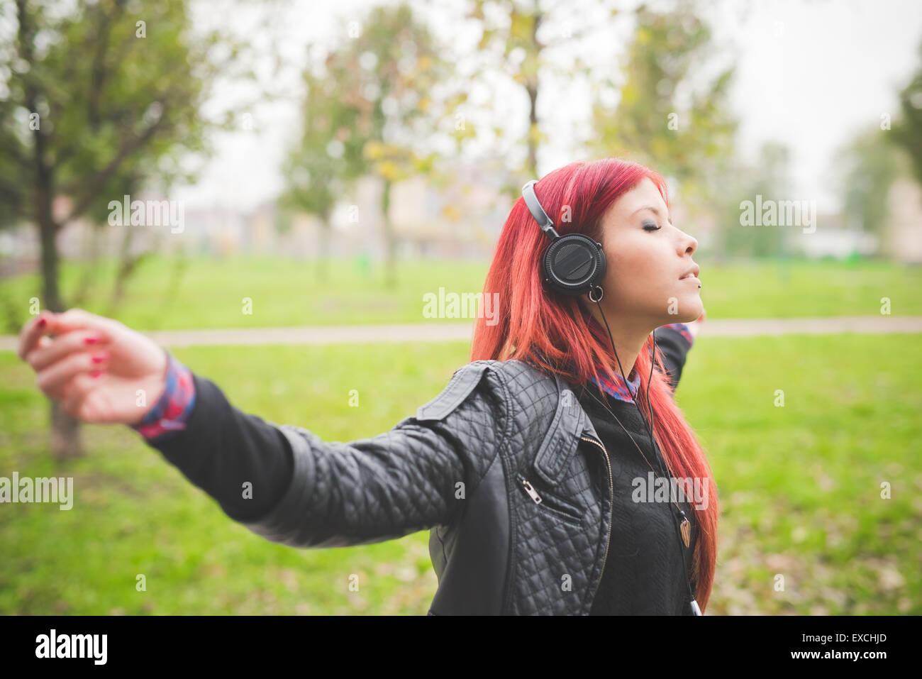 Giovane bella capelli rossi donna venezuelana lo stile di vita nella città di Milano strada all'aperto Immagini Stock