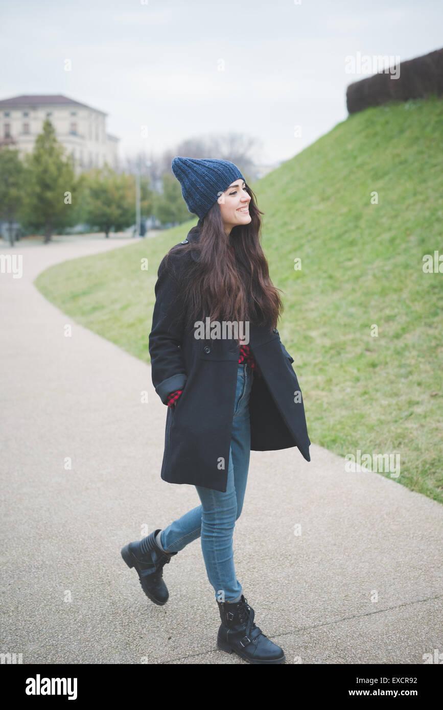 Giovane bella capelli lunghi donna modello di vivere la città in inverno outdoor city Immagini Stock