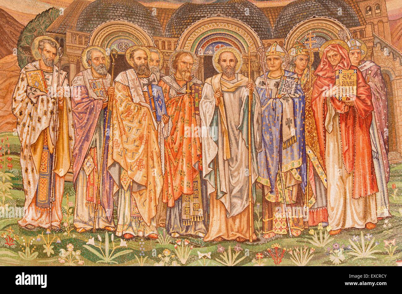Roma - Il mosaico dei santi grandi maestri della Chiesa Cattolica nella chiesa di San Paolo dentro le mura. Immagini Stock