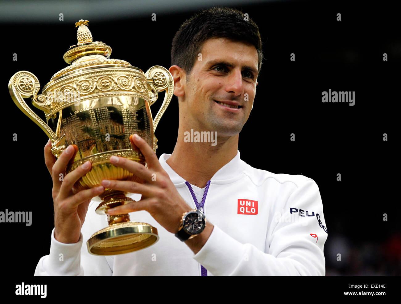 London, Londra, Regno Unito. 12 Luglio, 2015. Novak Djokovic di Serbia pone con il trofeo dopo gli uomini singoli Immagini Stock