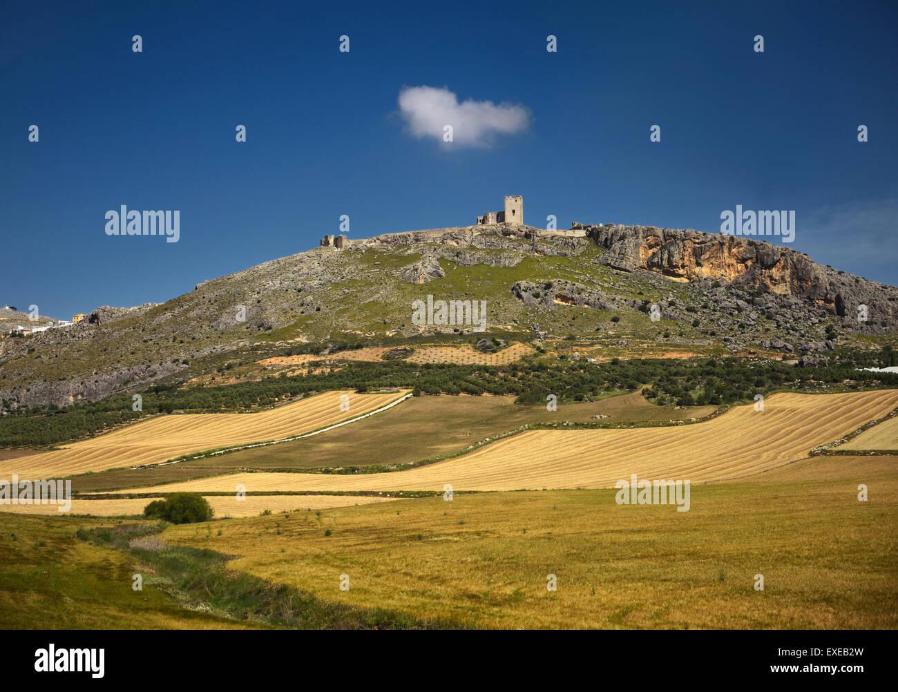 Rovine di Estrella del castello sul colle sopra Teba Malaga Spagna con campi di fattoria Immagini Stock