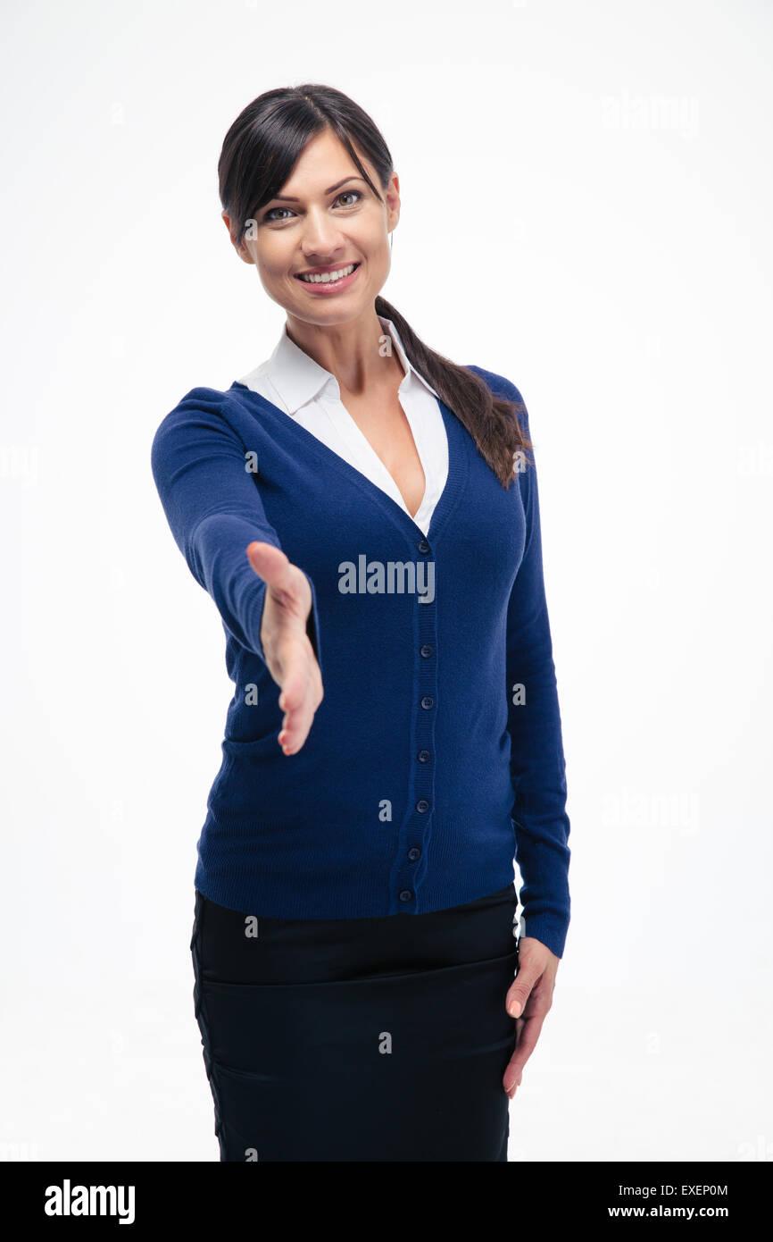 Ritratto di un sorridente imprenditrice che mostra il gesto di saluto isolato su uno sfondo bianco. Guardando la Immagini Stock