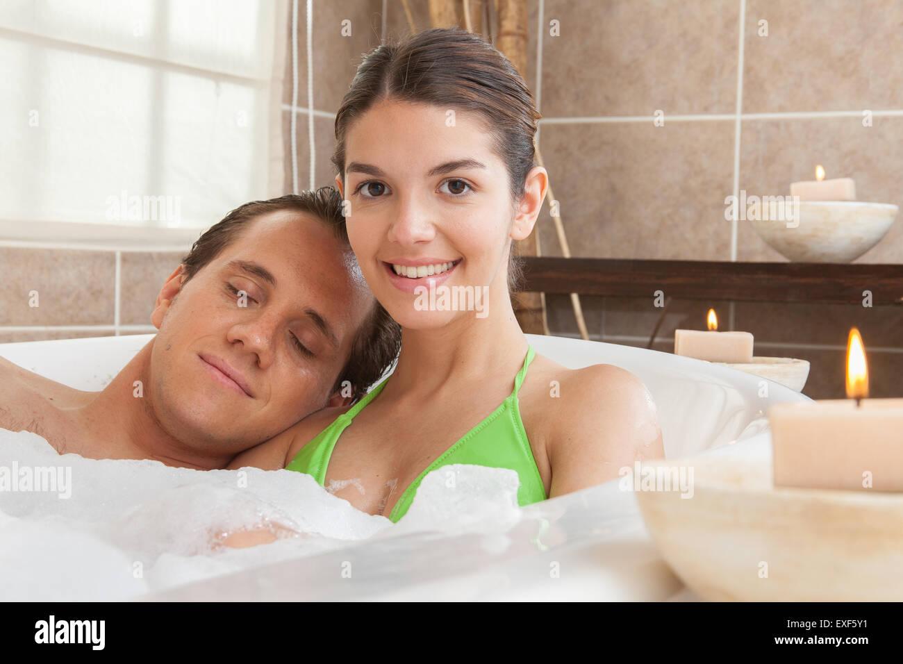 Amore In Vasca Da Bagno.Matura In Amore Godendo Di Una Vasca Da Bagno Foto Immagine Stock