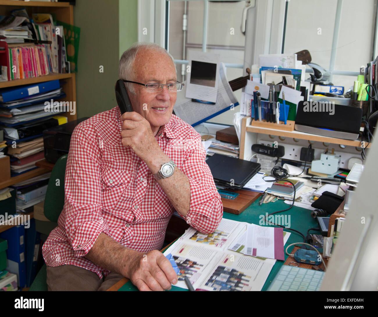 Senior Uomo al telefono in ufficio in casa Immagini Stock