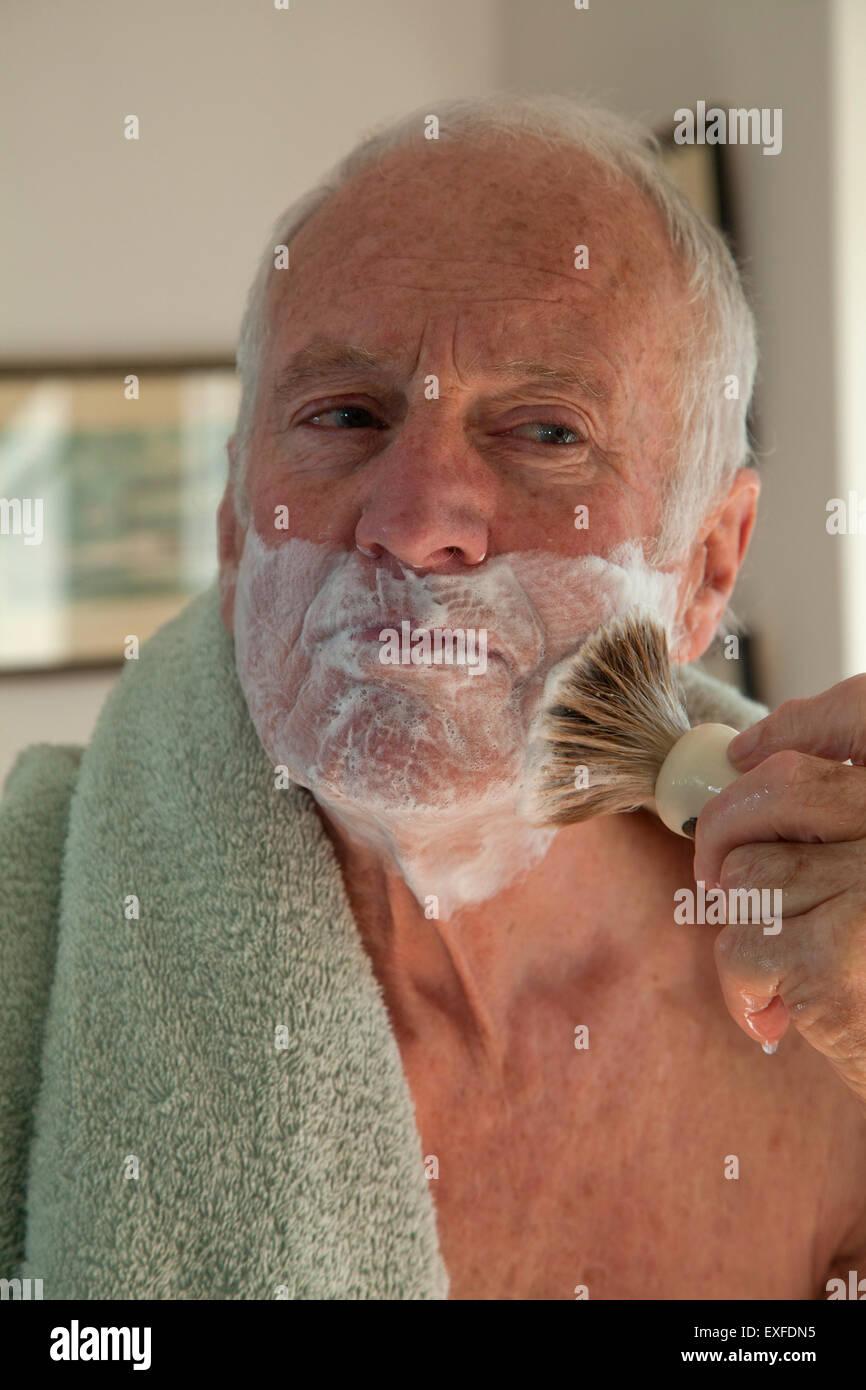 Senior uomo utilizzando Pennelli per barba Immagini Stock