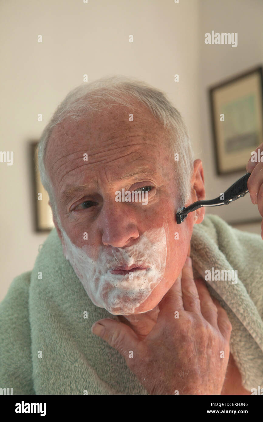Senior rasatura uomo Immagini Stock