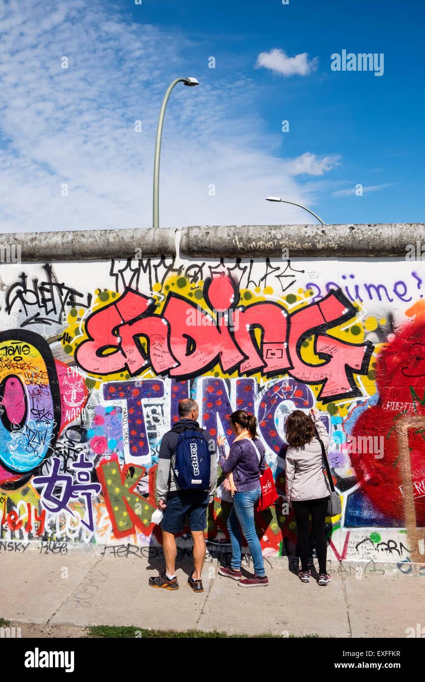 I graffiti sulla sezione originale del muro di Berlino all'East Side Gallery di Friedrichshain Berlino Germania Immagini Stock