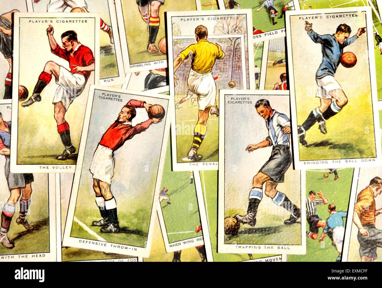 """Carte di sigaretta; """"Suggerimenti sull'Associazione calcio' (John Player and Sons, 1934) Immagini Stock"""