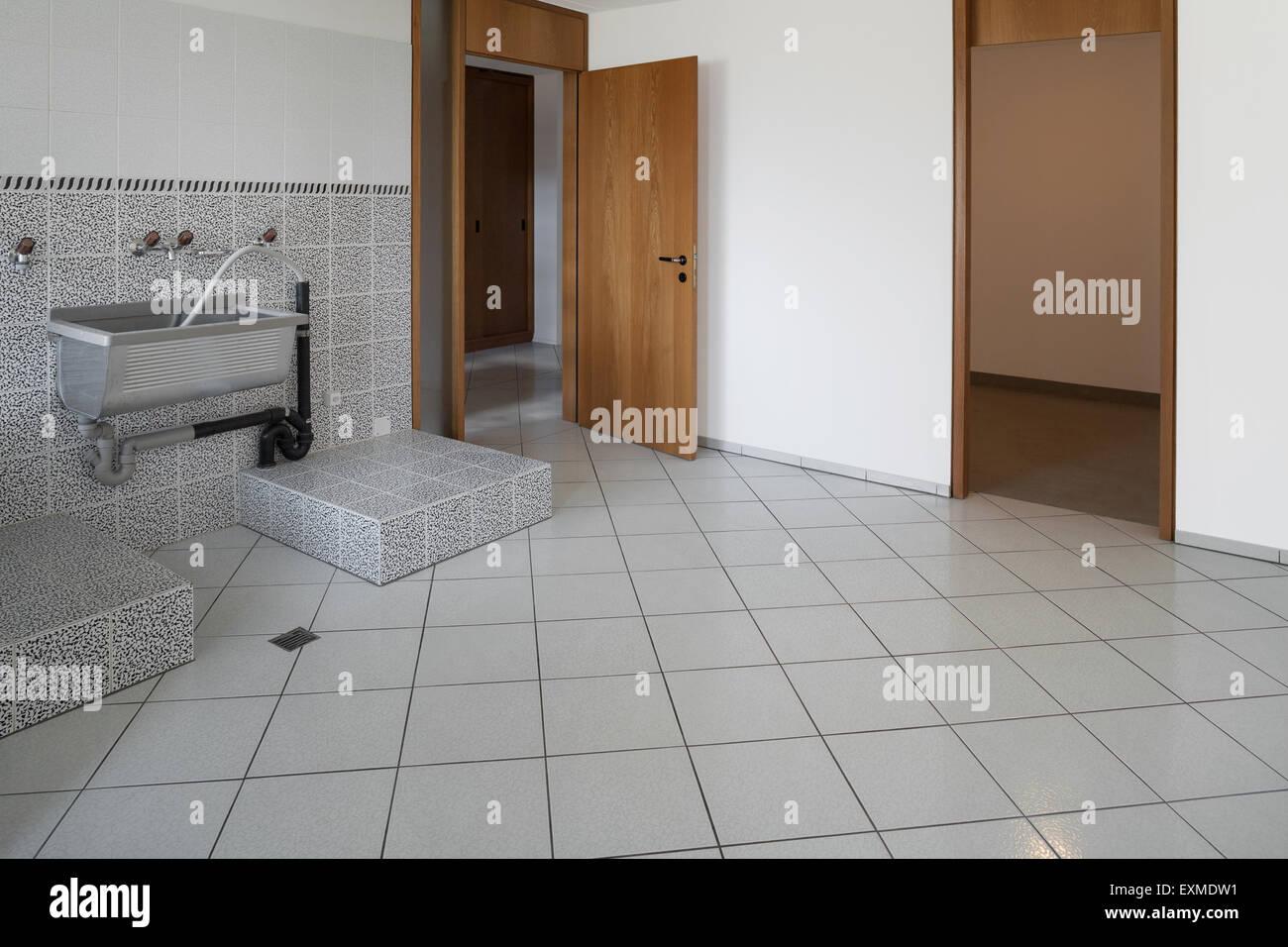Interni Casa Grigio : Interni casa vuota servizio lavanderia grigio pavimento