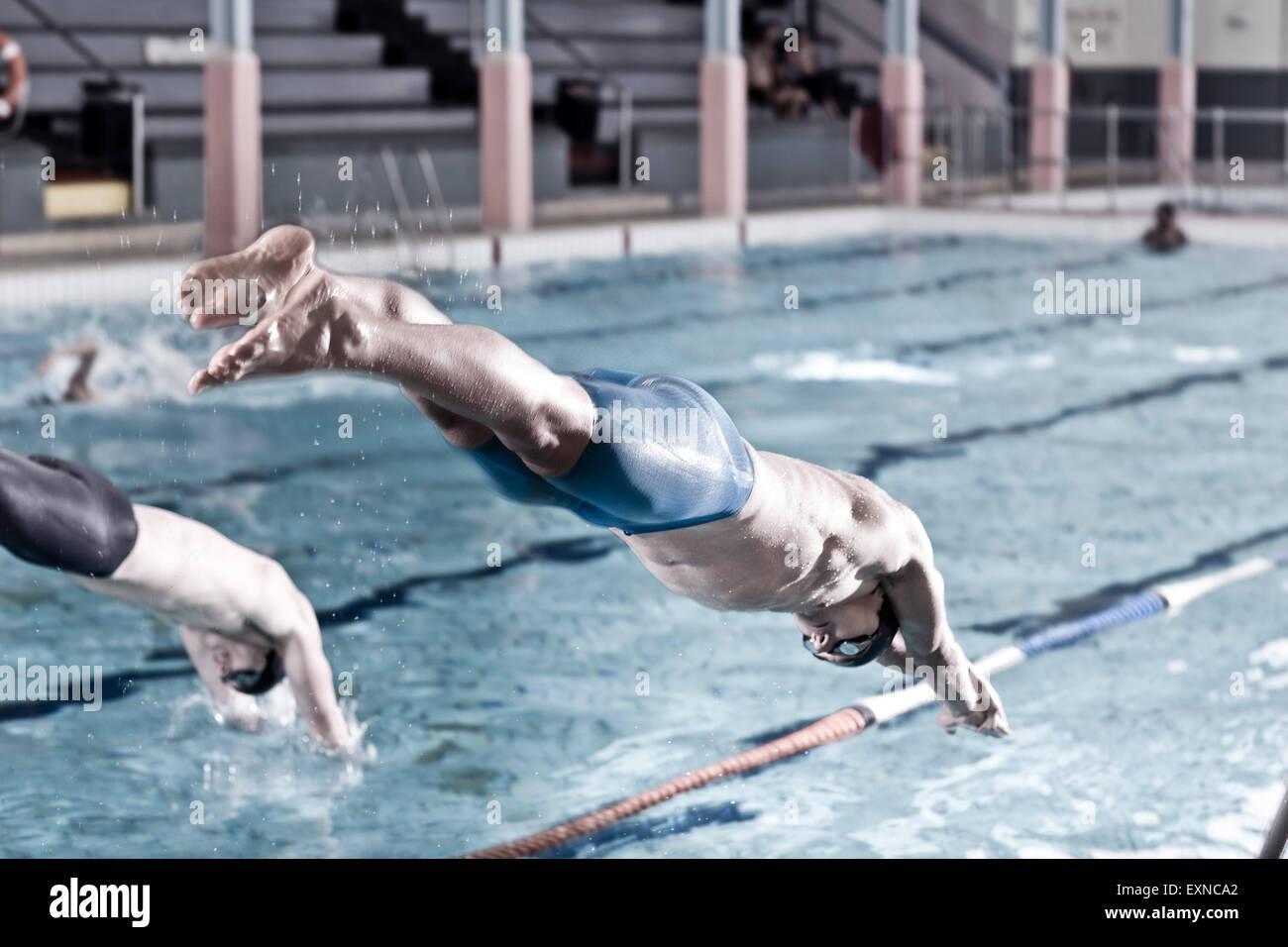 Due nuotatori in piscina coperta a partire Immagini Stock