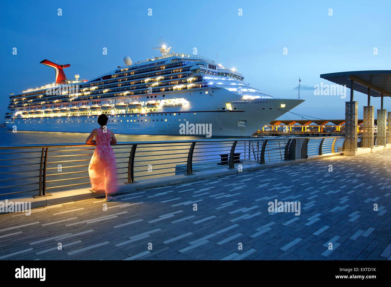 Donna ammirando la nave di crociera da Bahia urbana (urban Bay), la Città Vecchia di San Juan, Puerto Rico Immagini Stock