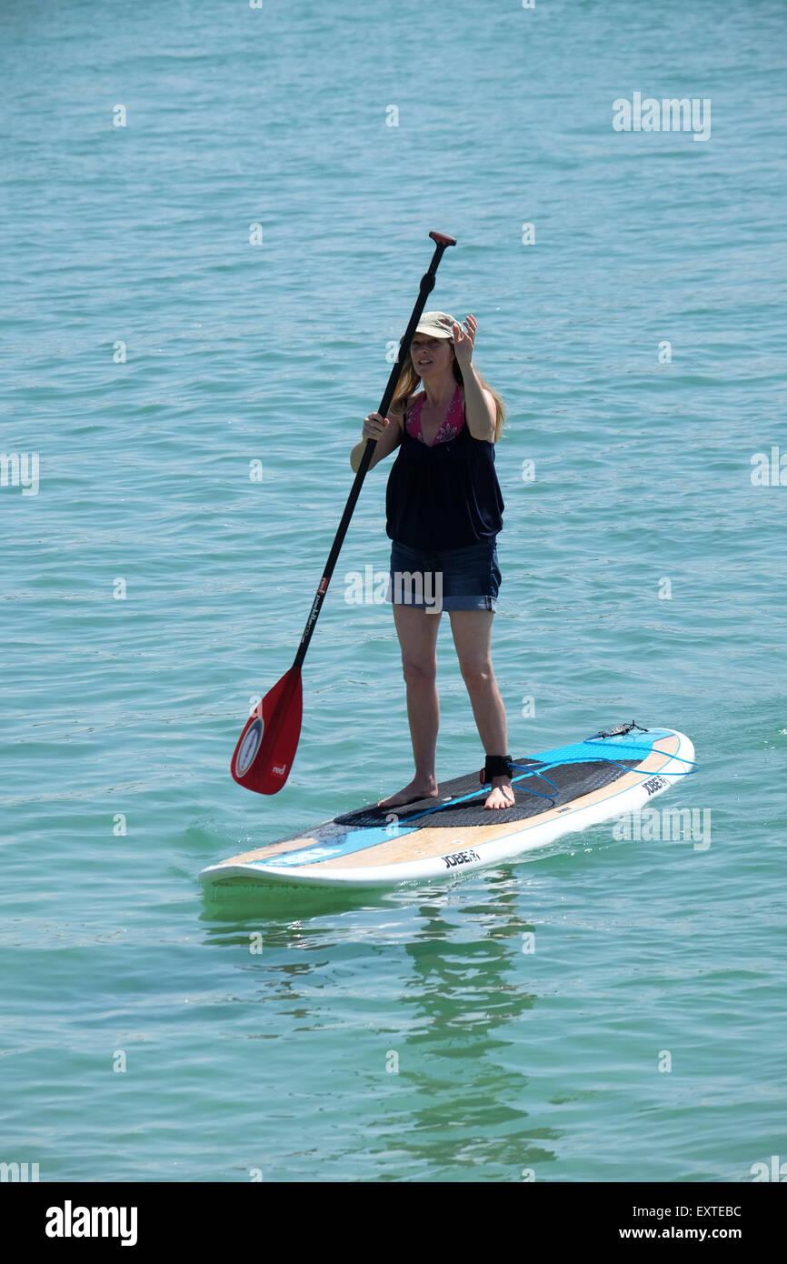 St Ives, Cornwall, Regno Unito: Donna su Paddleboard Immagini Stock