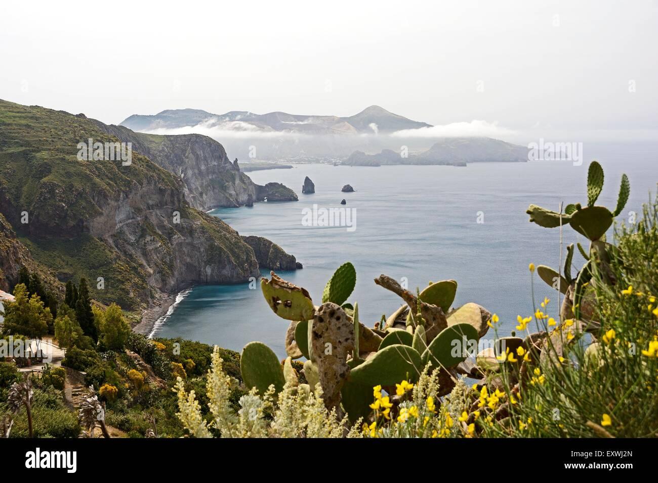 Costa di Lipari e Vulcano, Lipari, Sicilia, Italia, Europa Immagini Stock