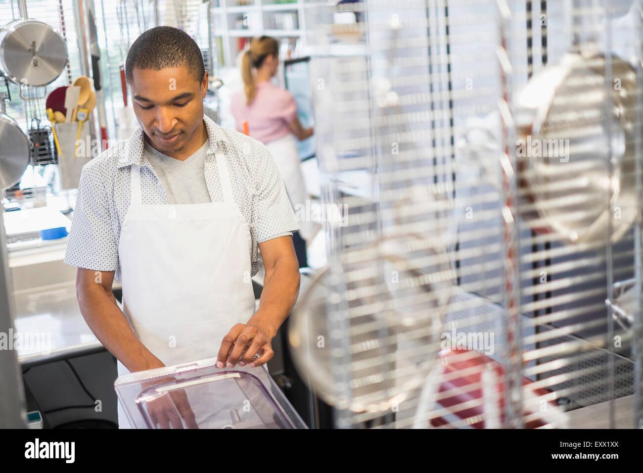 Proprietario di panetteria al lavoro Immagini Stock