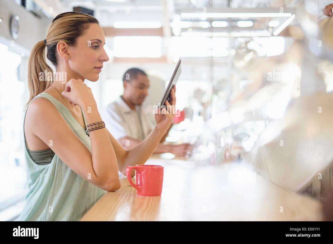 Persone in coffee shop Immagini Stock