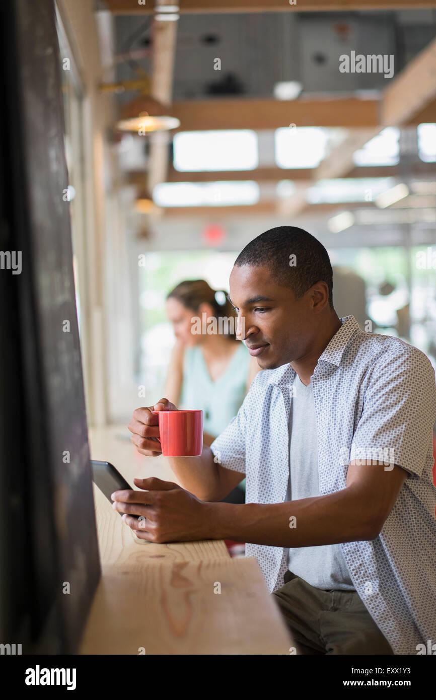 Persone in coffee shop Foto Stock