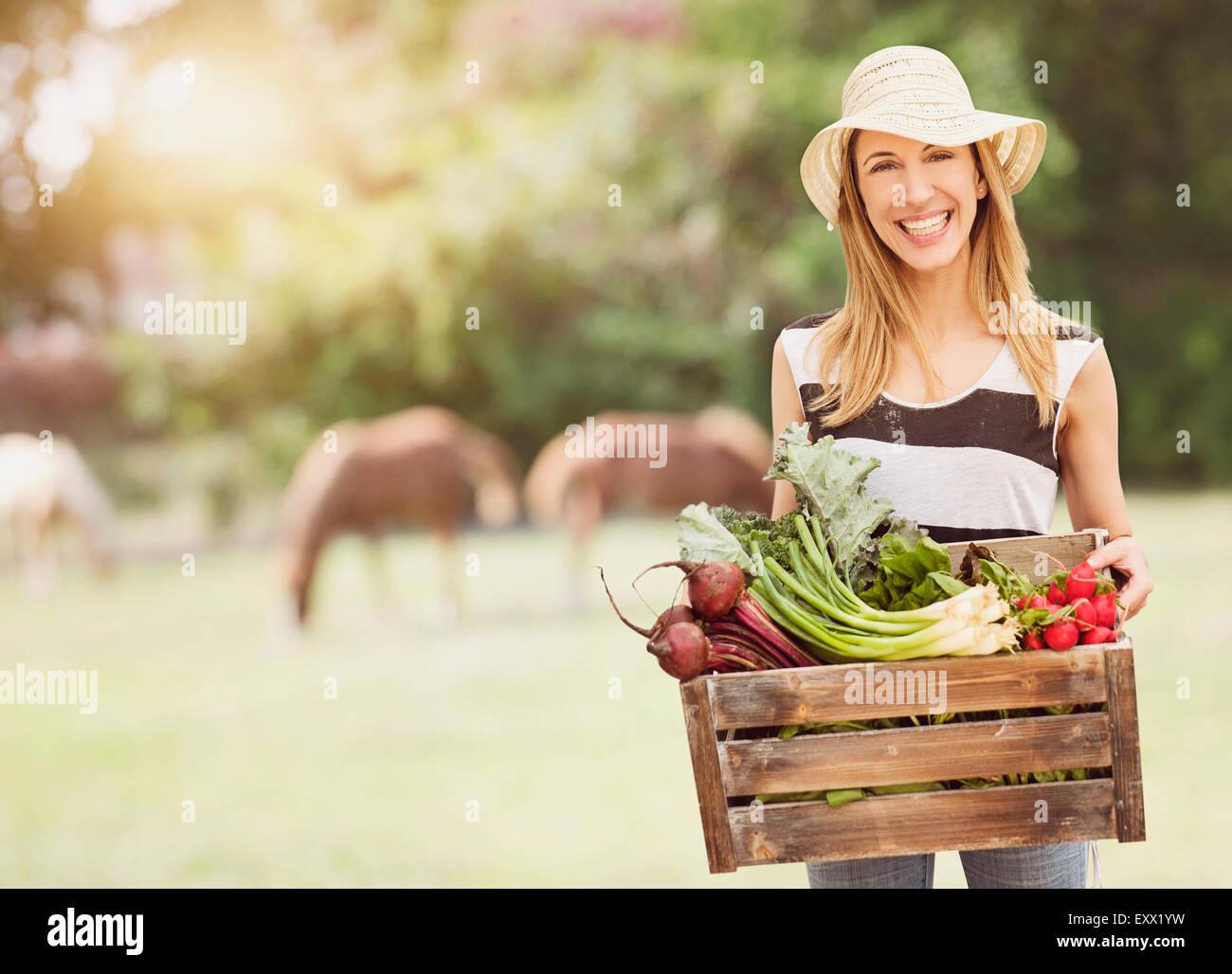 Donna che trasportano le verdure fresche nella casella Immagini Stock