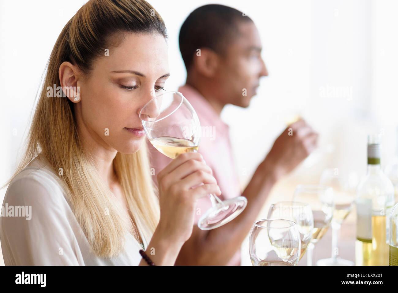 L uomo e la donna di degustazione di vino bianco Foto Stock