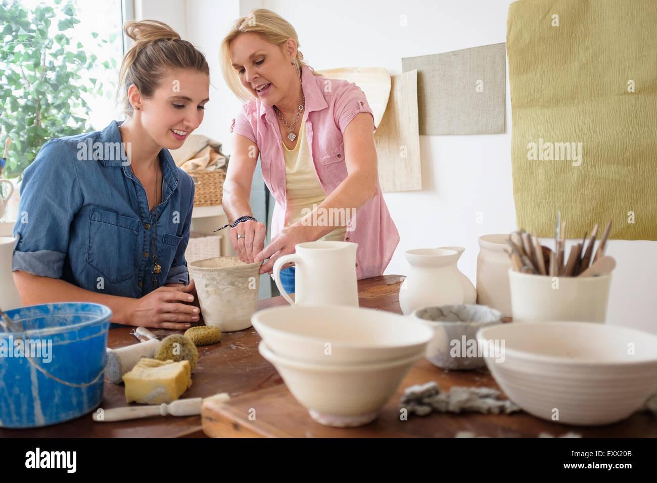 Due donne che fanno ceramica in studio Immagini Stock