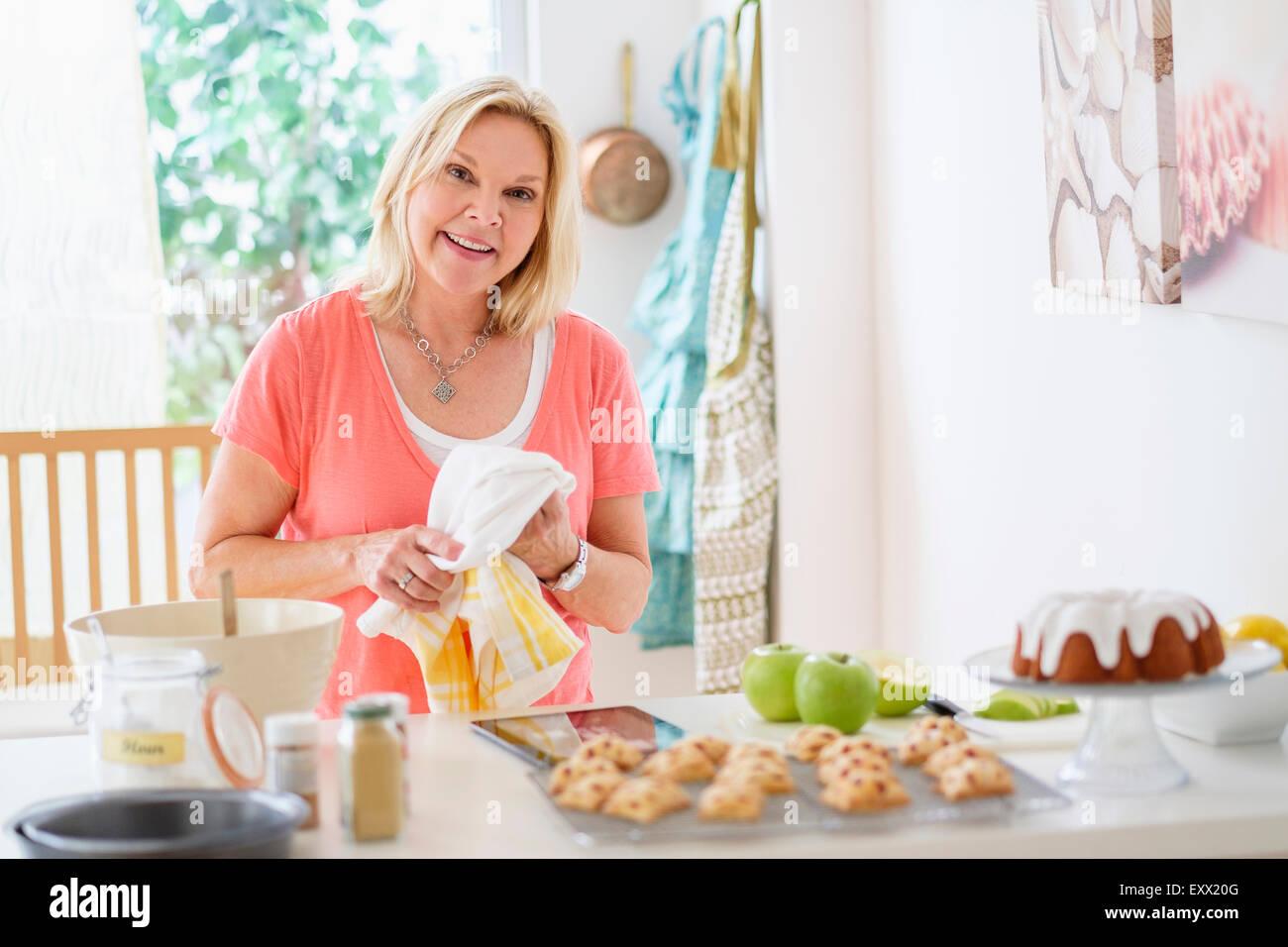 Donna matura la cottura in cucina Immagini Stock