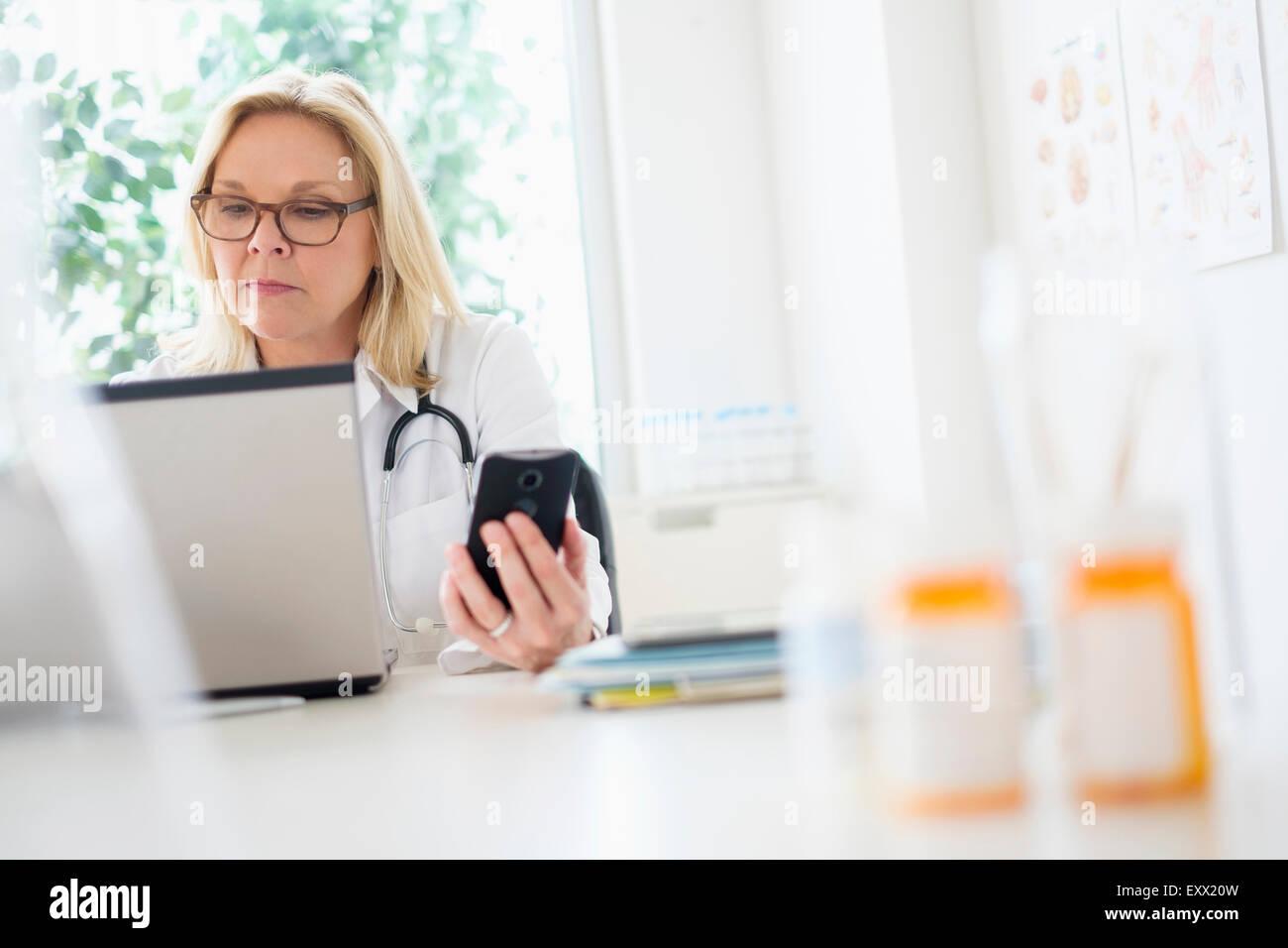 Medico che lavorano con il computer portatile nel suo ufficio Immagini Stock