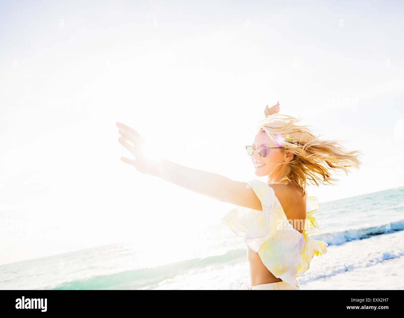Giovane donna sorridente sulla spiaggia Immagini Stock