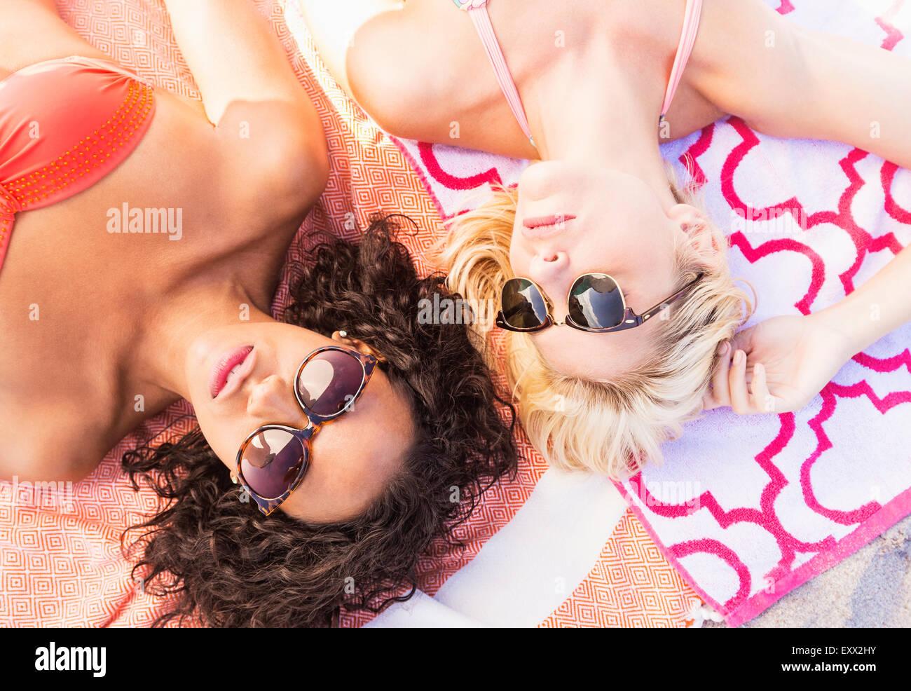 Amici di sesso femminile sulla spiaggia Immagini Stock