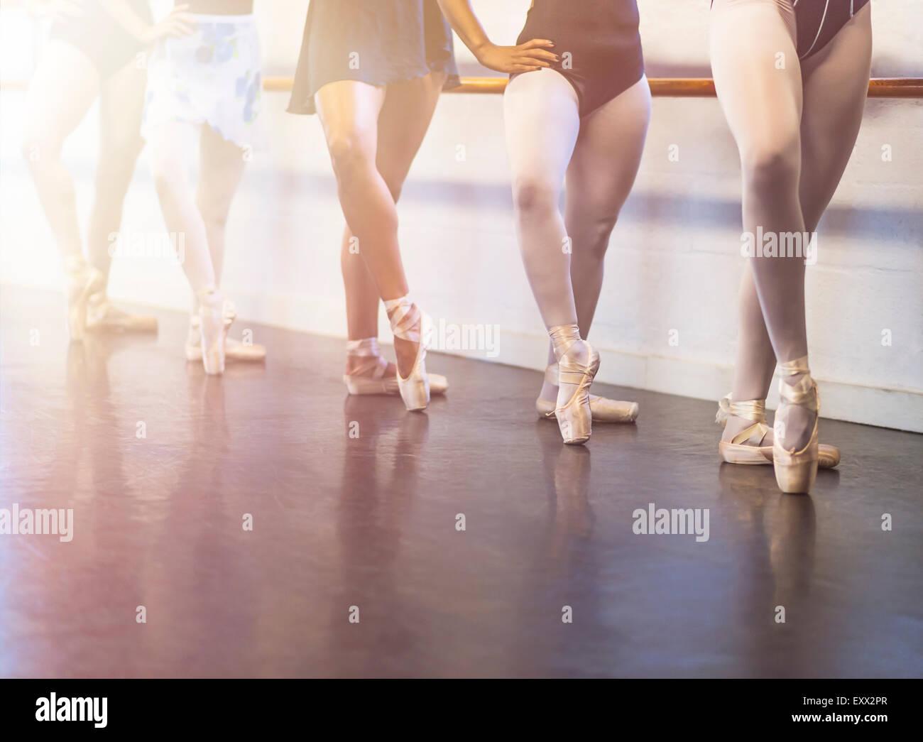 Giovani donne che danzano in studio di danza Immagini Stock