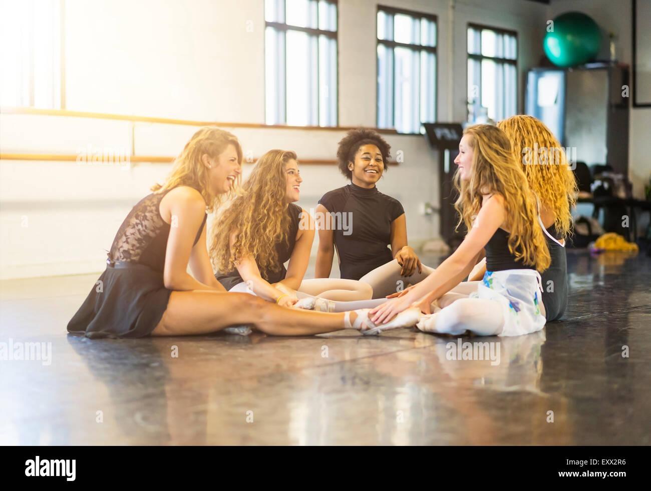 Giovani donne in studio di danza Immagini Stock
