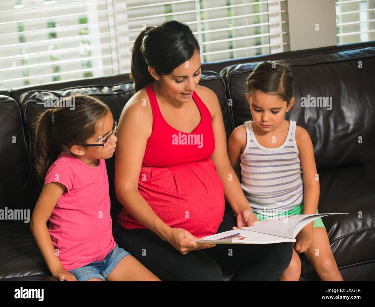 Madre la lettura per bambini (6-7, 8-9) Immagini Stock
