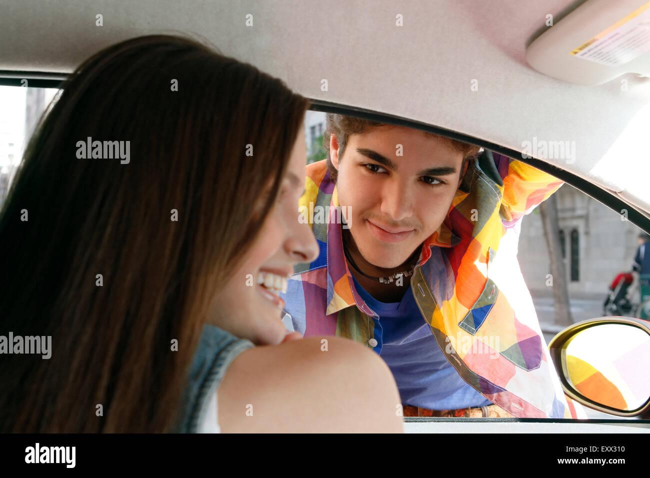 Giovane flirtare in auto Immagini Stock