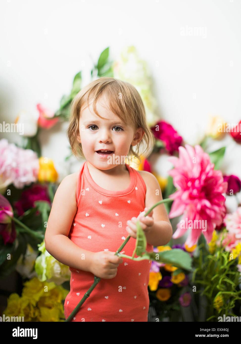 Ritratto di bambina (2-3) con fiore Immagini Stock