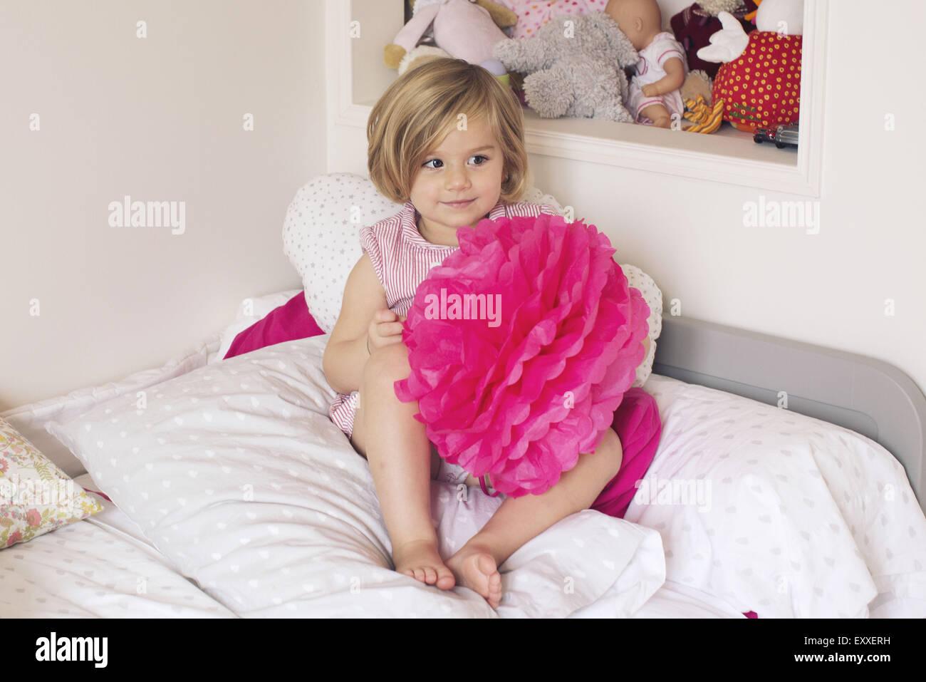 Bambina azienda carta tessuto pompom Immagini Stock